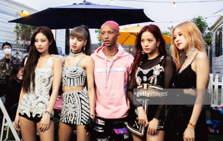 """Bức ảnh gây """"lú"""" nhất ngày: Khoảnh khắc """"Black Pink"""" gặp gỡ 4 cô gái đến từ Hàn Quốc?"""