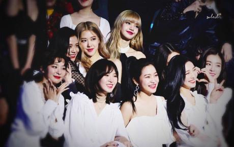 """Mãi """"tay bắt mặt mừng"""" với Red Velvet, các thành viên BlackPink ngó lơ em út Lisa? Thực hư thế nào?"""