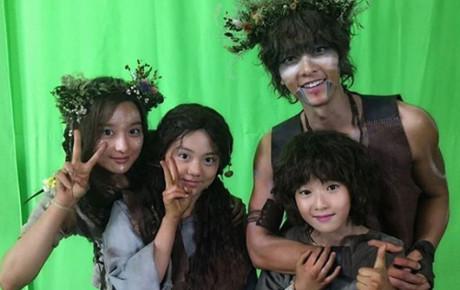 """Song Joong Ki trở lại mạng xã hội sau ồn ào ly hôn, đăng tải hình ảnh trong bộ phim đóng cùng """"tiểu tam tin đồn"""""""