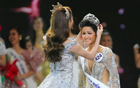 H'Hen Niê làm CDM một phe hú vía khi chia sẽ hình ảnh vương miện Hoa hậu hoàn vũ Việt Nam 2017 bị gãy một góc
