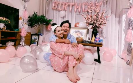 """Fan bí mật tổ chức sinh nhật cho Trường Giang nhưng thùng quà """"trai đã có vợ"""" mới đáng chú ý nhất"""