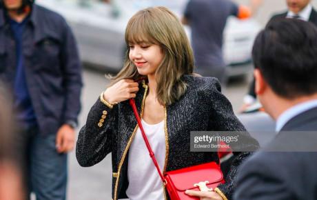 """Ăn diện đơn giản, """"búp bê sống"""" Lisa vẫn nổi bật nhất tại hàng ghế đầu của Paris Fashion Week 2019"""