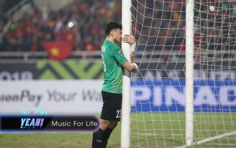 Đội tuyển Việt Nam ăn mừng chiến thắng chỉ có một người lặng lẽ ôm cột đứng khóc từ xa