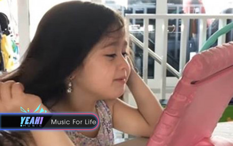 Bé gái lai Tây 4 tuổi hát 'Em gái mưa' với Talking Tom vừa hài vừa yêu, mẹ muốn ngừng mà không được