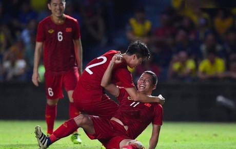 Ghi bàn rồi gục ngã trên sân nhưng không quên nở nụ cười chiến thắng, hình ảnh ăn mừng có 1 - 0 - 2 của 'lão tướng' Anh Đức gây bão khắp MXH