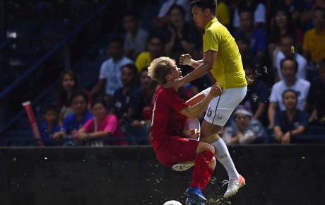 """Còn gì đau hơn khi Công Phượng bị cầu thủ Thái Lan sút vào """"chỗ hiểm"""""""