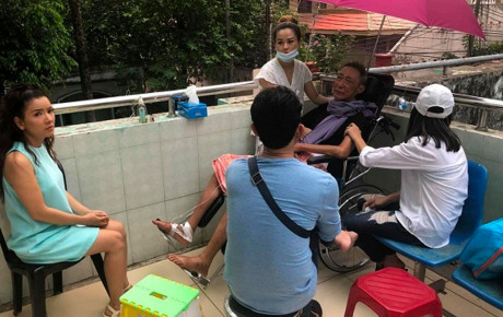 Bật khóc khi gặp Cát Phượng, nghệ sĩ Lê Bình khiến ai cũng xót xa: 'Lần này anh đau quá em ơi'
