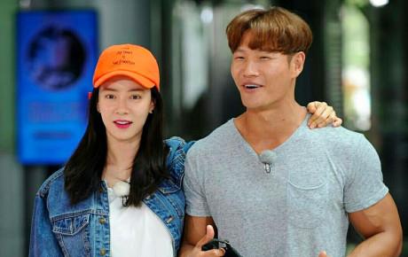 """Lộ ảnh Kim Jong Kook và Song Ji Hyo hẹn hò ở công viên, công sức fan """"chèo thuyền"""" cũng được đền đáp"""