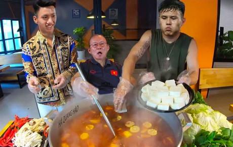 """Việt Nam hạ Thái Lan, thầy Park vui vẻ mời đội bạn đi ăn """"nồi lẩu Thái khổng lồ siêu cay"""""""