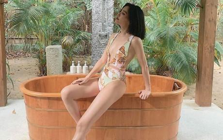 """Bích Phương mặc bikini khoét hông siêu cao nhưng mọi sự chú ý lại va vào vòng một """"lép vĩnh cửu"""""""