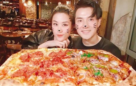 """Khoe chiếc bánh pizza """"siêu to khổng lồ, Ông Cao Thắng bị trêu ghẹo: """"Chân dung nhân vật đã cầu hôn Đông Nhi mà đi ăn pizza với Mai Hồng Ngọc"""""""