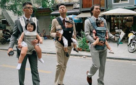"""Bức ảnh gây """"bão"""" MXH: Bố bỉm sữa hiện đại, diện suit cực bảnh vẫn chẳng ngại địu con xuống phố"""