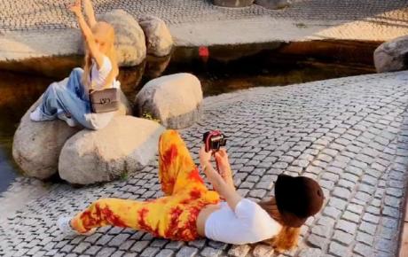Bạn thân nhà người ta chưa bao giờ làm tôi thất vọng: Lisa dành cả tấm thân nằm ra đất để chụp ảnh cho Rosé (BLACKPINK)