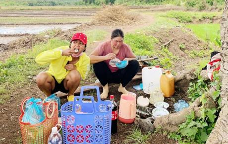 """Mặc bị chê """"quê mùa, kém sang"""", H'Hen Niê vẫn khoe ảnh lội bùn, ăn cơm cá khô giữa cánh đồng với người dân"""