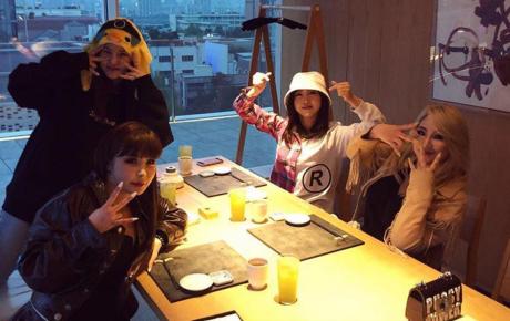 Món quà kỷ niệm 10 năm không thể ý nghĩa hơn của 2NE1: Cả 4 thành viên họp mặt, vui vẻ livestream cùng fan