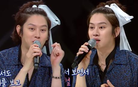 """""""Thánh lầy"""" Heechul (Super Junior) lại chơi nổi khi... cột tóc đuôi gà cài nơ trắng đi chấm thi"""