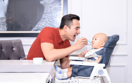Bà xã đi vắng, Lương Thế Thành đảm đang một mình vừa trông con trai, vừa làm việc nhà