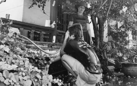 """Hoa hậu giản dị nhất Vbiz: Tắm gội bằng chính vòi nước tưới cây của mẹ, tự """"dìm hàng"""" chính mình"""